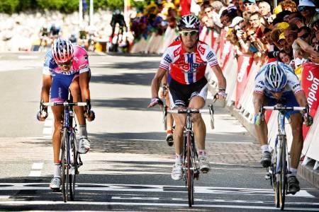 Usikker: Kurt Asle Arvesen turte ikke å juble før etter målstreken i Foix, men det skulle ennå ta et par minutter før seieren ble bekreftet fra arrangøren.