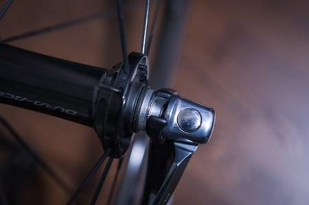 LAKKSKADE? Dropoutene på gaffelen er et annet sted som pleier å lide stygt. Hjul som tas av og på ved frakt og punkteringer samt steinsprut fra bakken skaper ofte stygge sår.