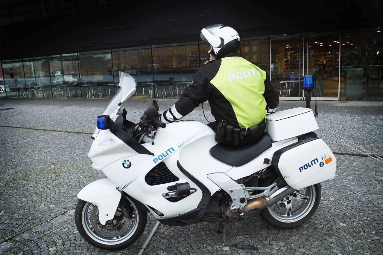 SLIPPER KURS: Personer som driver med trafikkdirigering i sitt yrke, slik som politifolk, trenger ikke lenger ta kurs for å dirigere trafikk under sykkelritt.