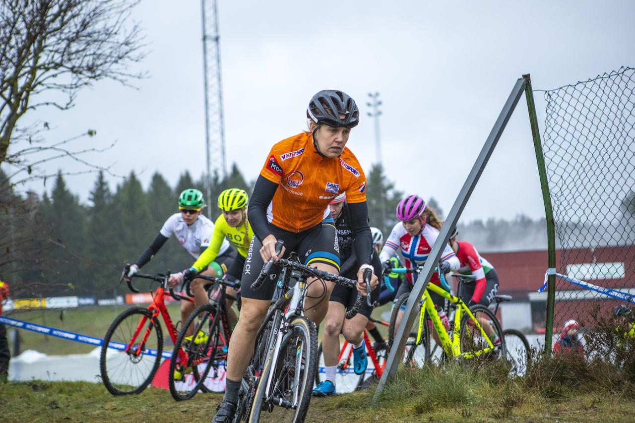 LEDER: Ingrid Moe ledet fra første sving på nest siste runde i kross-Norgescupen. Foto: Pål Westgaard