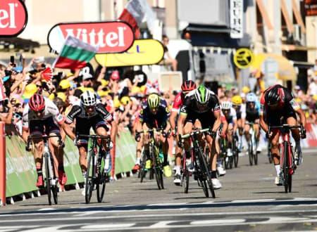 TETT: Michael Matthews krysset målstreken først, mens Edvald måtte nok en gang nøye seg med andreplass. Foto: Alex Broadway