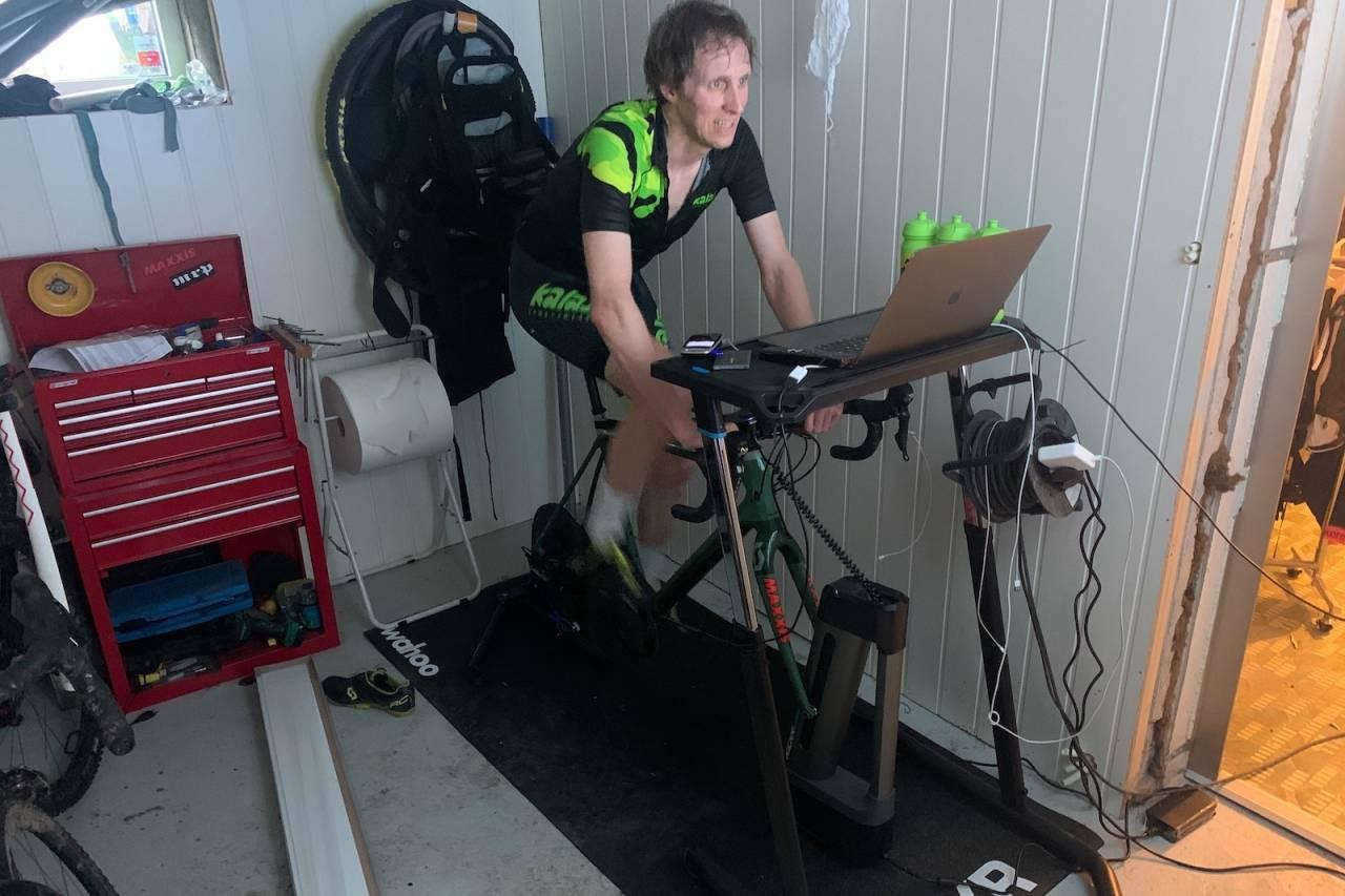 KRITERIUMS-FAN: Ole Christian Fagerli sykler aller helst gateritt i Zwift. Foto: Privat
