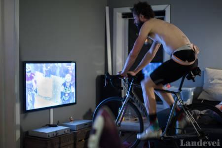 TV-SLAVE: Har jeg en enkel rulle og sykkelkrossritt på tv, trenger jeg ikke mer for å gjennomføre et enkelt treningsprogram.