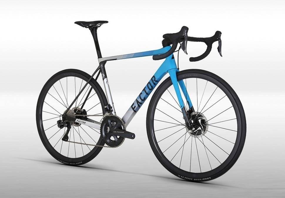 MIAMI VICE: Nesten, Miami Blue er fargenavnet på ett av to rammedesign på Factors nye O2.