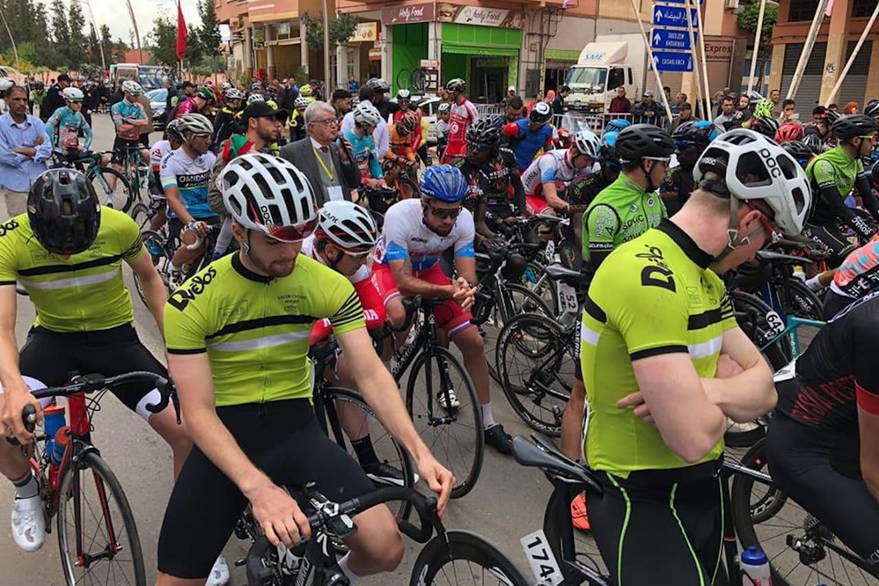 ALVOR: Joachim Strindin (til venstre), Jørgen Sunde og Aasmund Groven Lindtveit på start til fjerde etappe. Alle er nå ute av Tour du Maroc etter velt. Foto: Samir Tawfiq