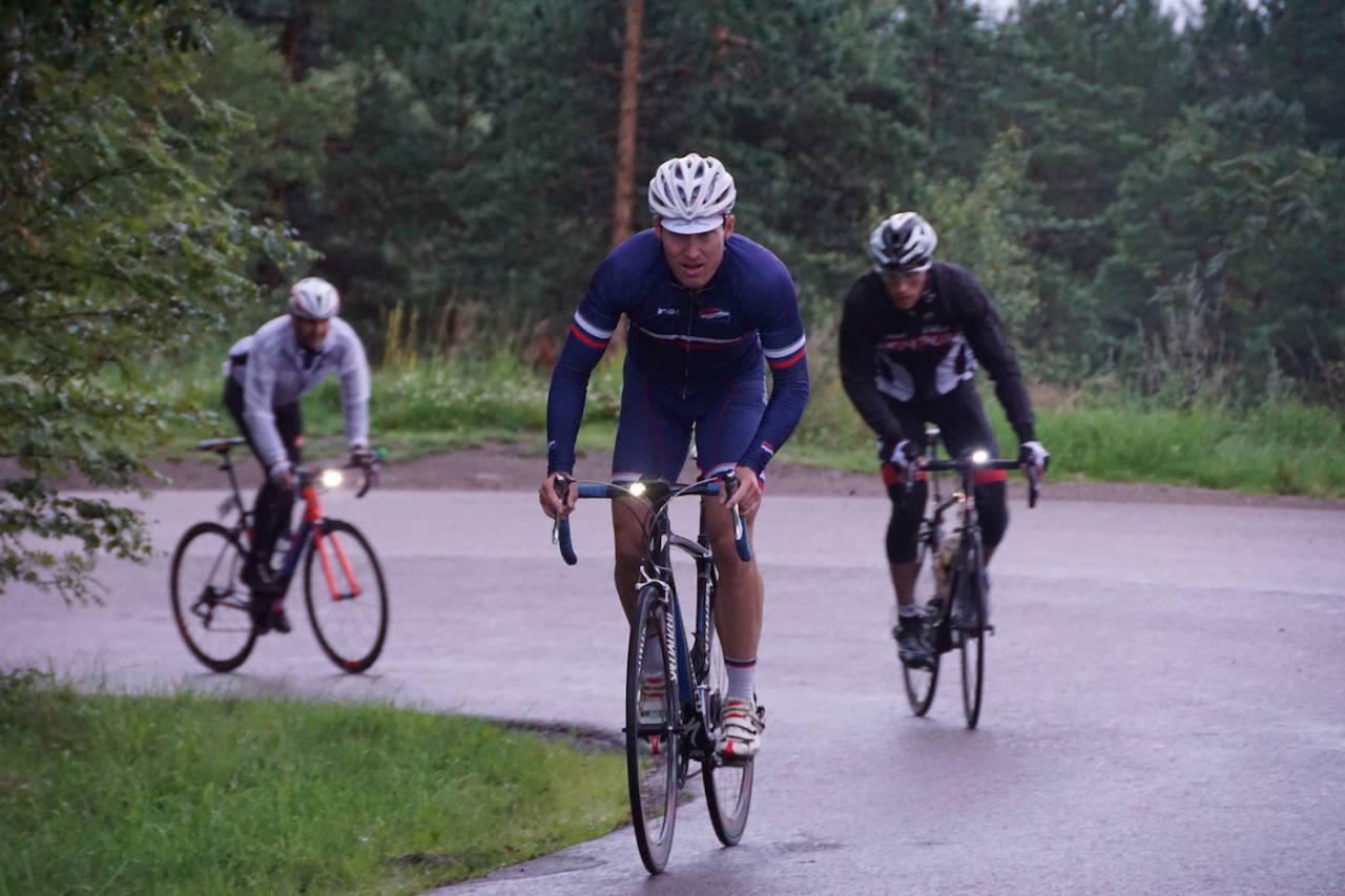 BLODSLIT: Atle Thoresen syklet 10.000 høydemeter på drøyt 13 timer og er Norges raskeste på øvelsen. Maxim Golev (bak) var nummer to på lista. Foto: Bjørn Saksberg