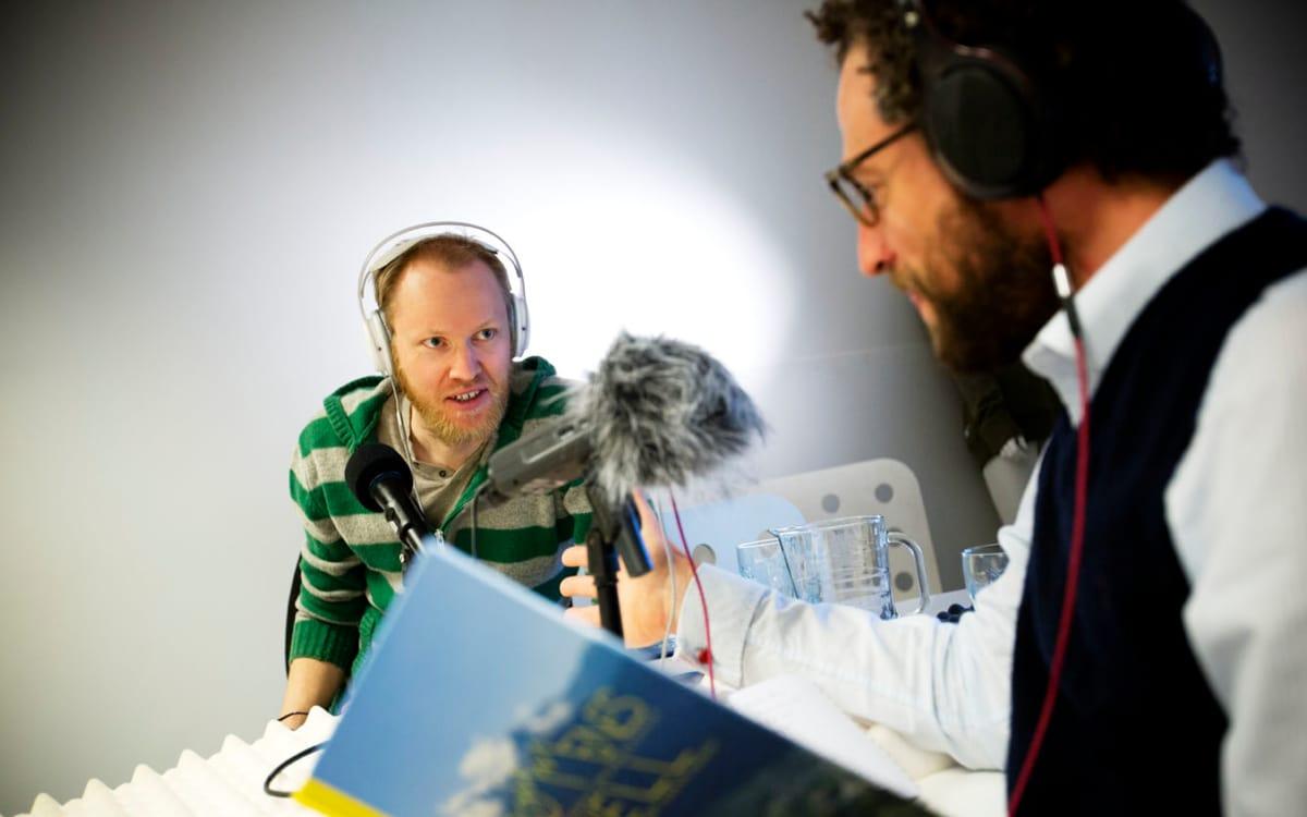 FORFATTERPRAT: Geir Stian Ulstein jabber løs i fredagspraten, etter å ha skrevet sin tredje bakkebok. Foto: Kristoffer Kippernes.