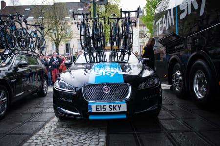 KOSTBAR: Team Skys Jaguarer er ikke akkurat diskré blant resten av feltets mange Skodaer.