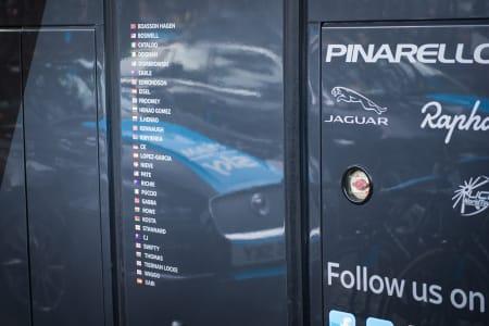 INGEN GLEMT: Sky har kledd døren på bussen med navnet på samtlige ryttere i stallen.