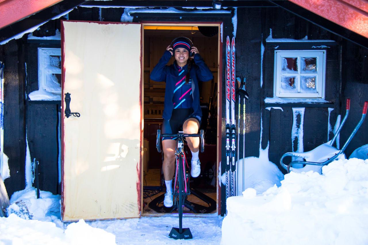 UTETRENING: Caroline Vamnes sykler gjerne langtur ute om vinteren, men ikke uten Zwift. Foto: Privat