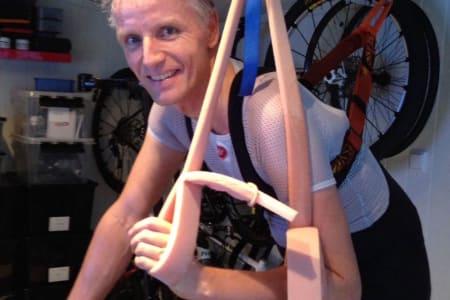 INNOVATIV: Pål Sørvoll måtte bruke ingeniørhodet da han skadet skulderen for noen år siden og rigget rulla slik at han fikk trent godt likevel. Foto: Privat