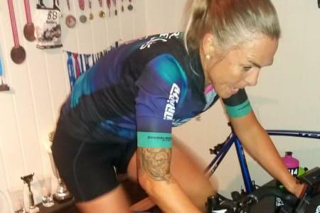 VONDT: Monica Storhaug liker harde intervaller på rulla, og har eget treningsrom med alt som skal til for å trives med innetreningen. Foto: Privat