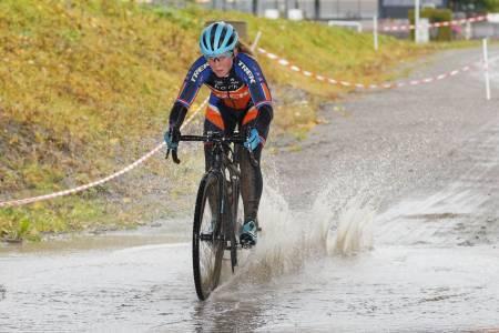 KREVENDE: Rundbanespesialisten Elisabeth Sveum debuterte til seier i Bjerkekross, der kalde, våte og gjørmete forhold gjorde rittet på travbanen vesentlig mer teknisk. Foto: Ola Morken