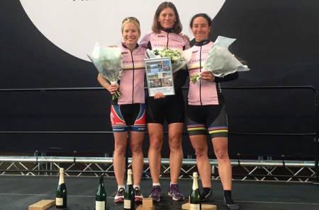 DAMEPALLEN: Malin Johansen (midten) og Kristin Falck (til høyre) klokket begge inn på 4:46:10, mens Heini Hartikainen ble nummer tre i fellesstarten for damer fra Lillehammer, alle fra SK Rye. Foto: Styrkeprøven