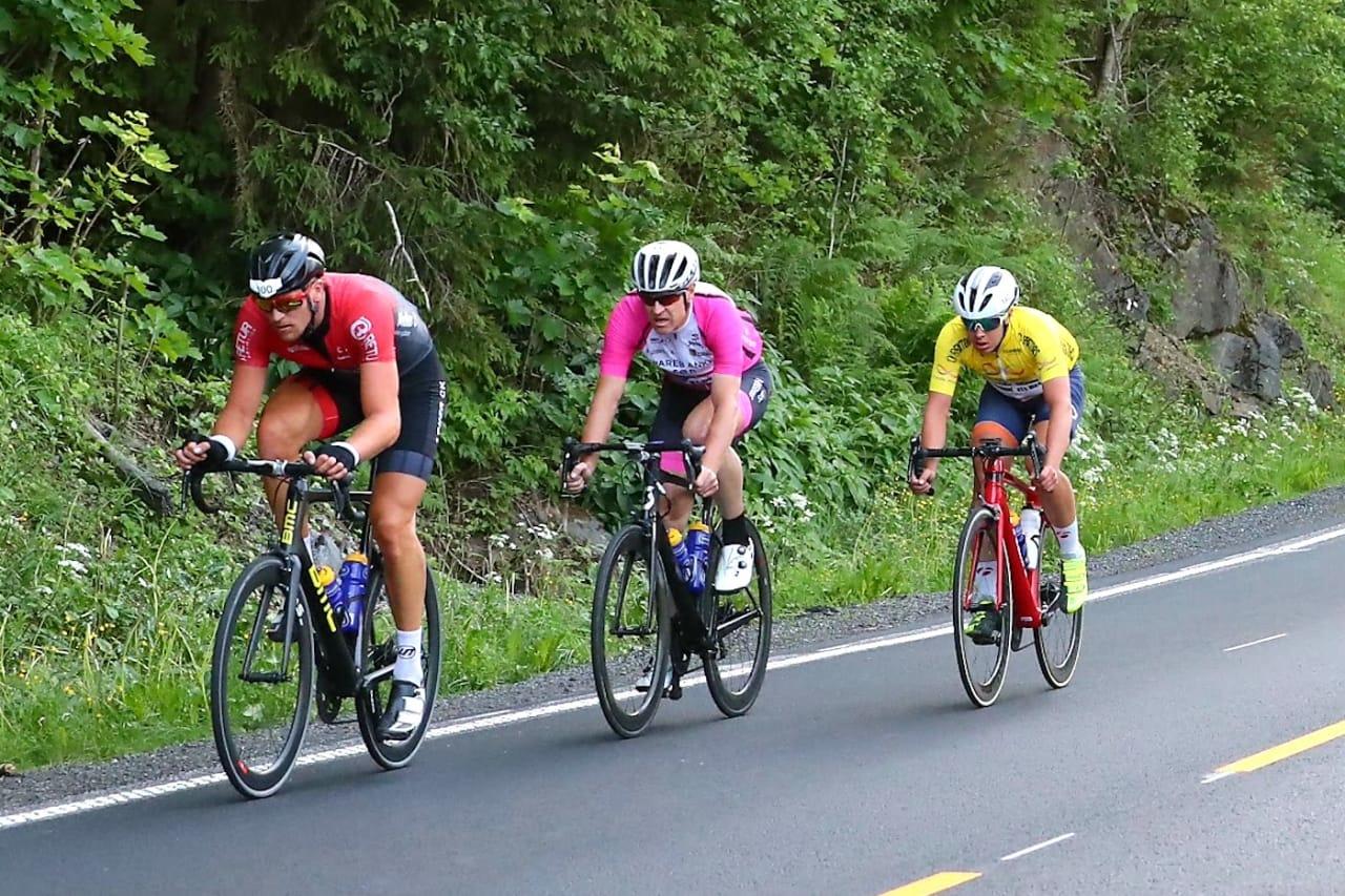 REVANSJ: Knut Sande (foran), som ble nummer to på fellesstarten fra Tronheim i fjor, vant med nesten fire og et halvt minutts margin til Jonas Orset (i gult) i år. Fredrik Lorentzen Henne (midten) ble nummer tre. Foto: Ola Morken