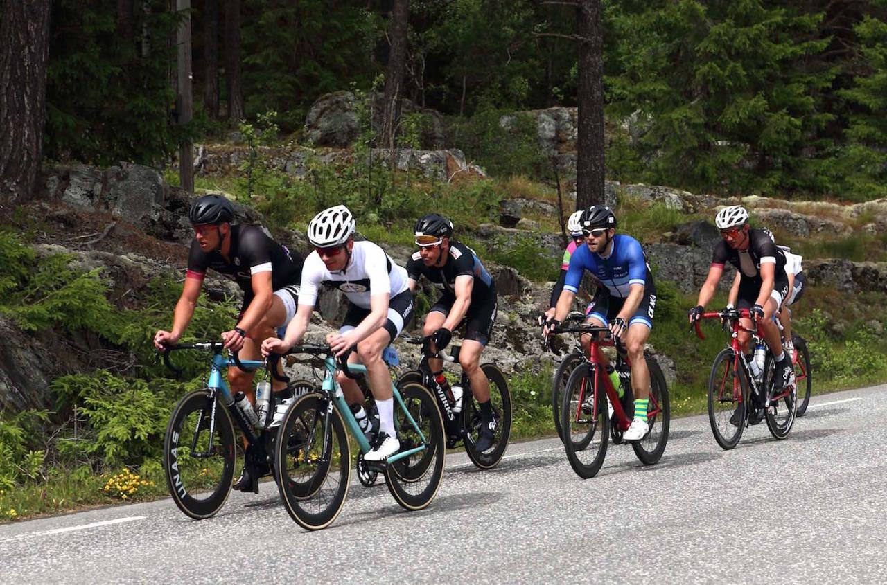 LURINGER: Knut Sande (foran i svart) og Henrik Oftedal (bak Sande i svart) var med i tetgruppa som lå og lurekjørte i 40 mil for de kjempet om seieren på oppløpet. Foto: Ola Morken