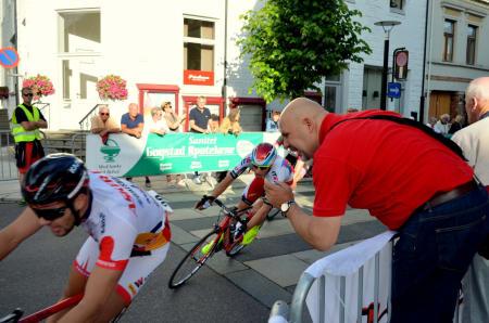 Pål Westgaard oppildner sønnen Marius ut på de siste rundene, like etter var Marius uheldig og veltet.