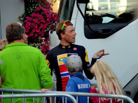 Hva gjør jeg nå? Edvald Boasson Hagen var litt rådvill etter å ha blitt tatt ut av løpet 15 minutter før det egentlig var ferdig.