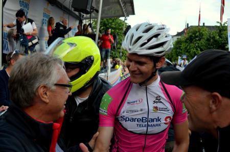 Seierherren Syver Wærstedt gratuleres av sykkelpresident Harald Tiedemann-Hansen, som forøvrig hadde bursdag. Gratulerer til begge!
