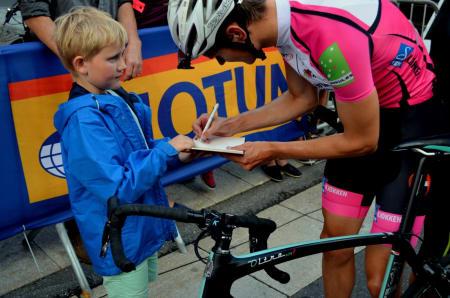 Vinner man sykkelritt må man skrive autografer, enten du er proff eller ikke.