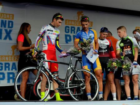 Hvor mange gir har den a? Sven Erik Bystrøm og Christer Jensen inspiserer sykkelen førstnevnte fikk i premie for sin andreplass.