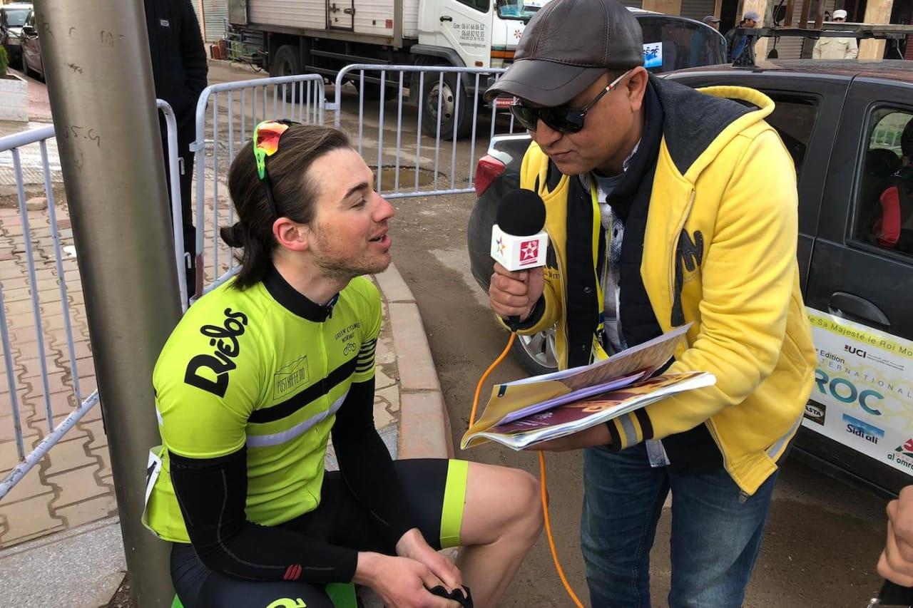 MILJØVERN I AFRIKA: Maxim Gjerdalen Foray ble intervjuet om lagets verdier og holdninger på riksdekkende radio i Marokko under Tour du Maroc i april. Foto: Green Cycling Norway