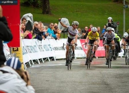 OPPGJØR: Regjerende verdensmester Marianne Vos (til venstre) vant siste etappe i Halden. Foto: EventFotografene