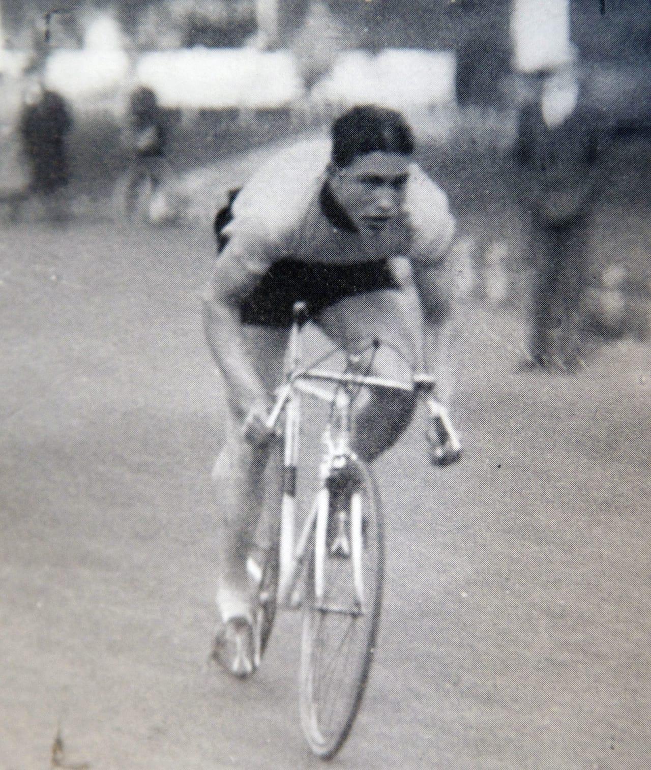 BANEKONGE: Haakon Sandtorp var åtte NM og tre kongepokaler i banesykling. Her i aksjon på Dælenenga på 1930-tallet. (fra boken «Helter i Hundre», jubileumsboken til sykkelklubben IK Hero)