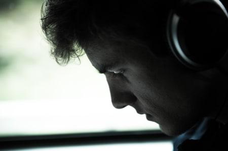 FOKUSERT: Lagets yngste rytter, Oskar Svendsen, hører som vanlig på musikk på vei til start.