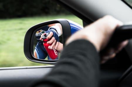 PÅFYLL: Vegard Robinson Bugge mottar en flaske fra Gino. Sportsdirektørene feller vanligvis inn speilet ved langing, slik at syklisten kan ligge tettere. Speilet ble felt ut for bildets anledning.