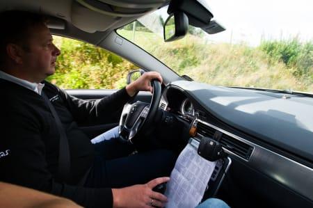 STÅLKONTROLL: I bilen har Gino og Arne Gunnar oversikt over alle rytterne, og hvordan de ligger an i sammendraget. Det brukes aktivt under hele rittet.