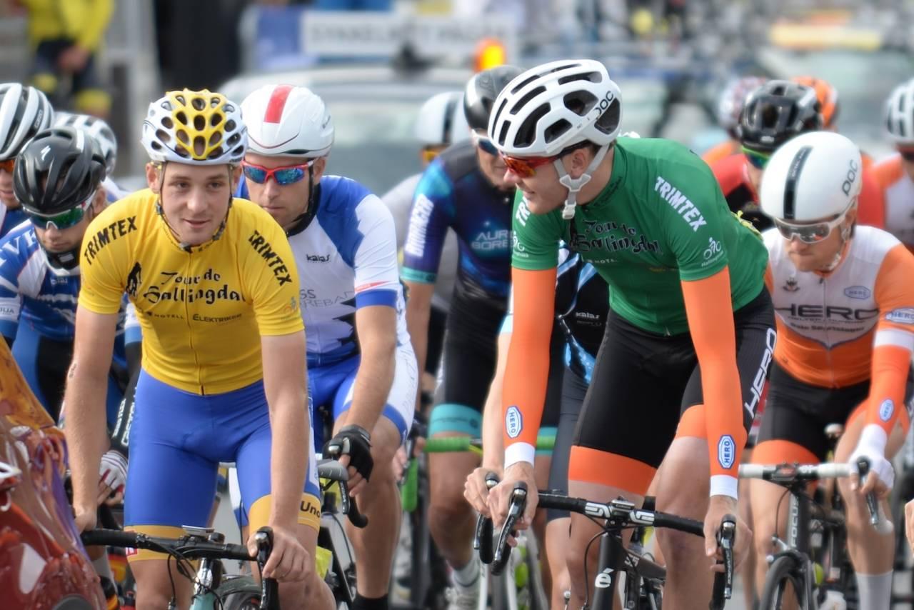 NYKOMMER: Tour de Hallingdal er en av to nye arrangementer på Norgescupterminlista 2017. Her er Audun Fløtten i gult og Petter Zahl Marken i grønt i forkant av siste etappe i år. Foto: Kent Murdoch