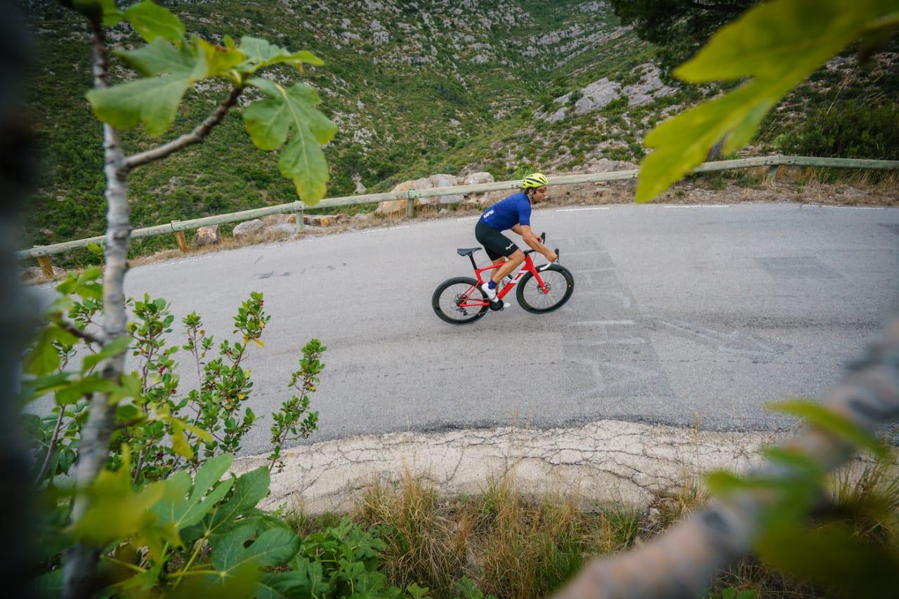 GRAVERT: Navnet til Juan Antonio Flecha er fortsatt synlig i asfalten på veien til Alpe d'Huez. Foto: Haute Route