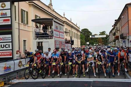 VM-SØLV: Jørn Fjeldavlie (foran til venstre) tok sølv på fellesstarten i masters-VM i Italia, og sikret Norges eneste medalje i øvelsen. Foto: UCI