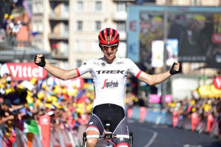 ENSOM MAJESTET: Bauke Mollema fikk god tid til å feire sin første etappeseier i Tour de France. Foto: letour.fr