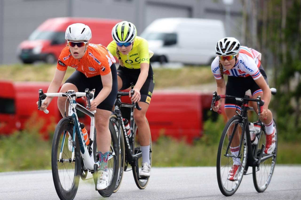 TRIPPELSPURT: Emelie Utvik, Thale Kielland Bjerk og Martine Gjøs gjør opp om seieren på juniorjentenes første etappe i Tour de Hallingdal. Foto: Kent Murdoch