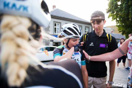 SKUFFET: Emilie Moberg høstet enorm jubel der hun syklet alene, men var svært skuffet etter dag to med tekniske uhell.