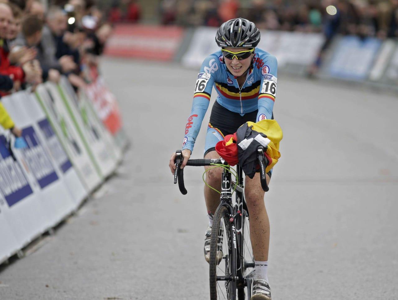 TVILSOM ÆRE: Femke van den Driessche er den første syklisten som blir tatt med motor i rammen. Foto: Cor Vos.