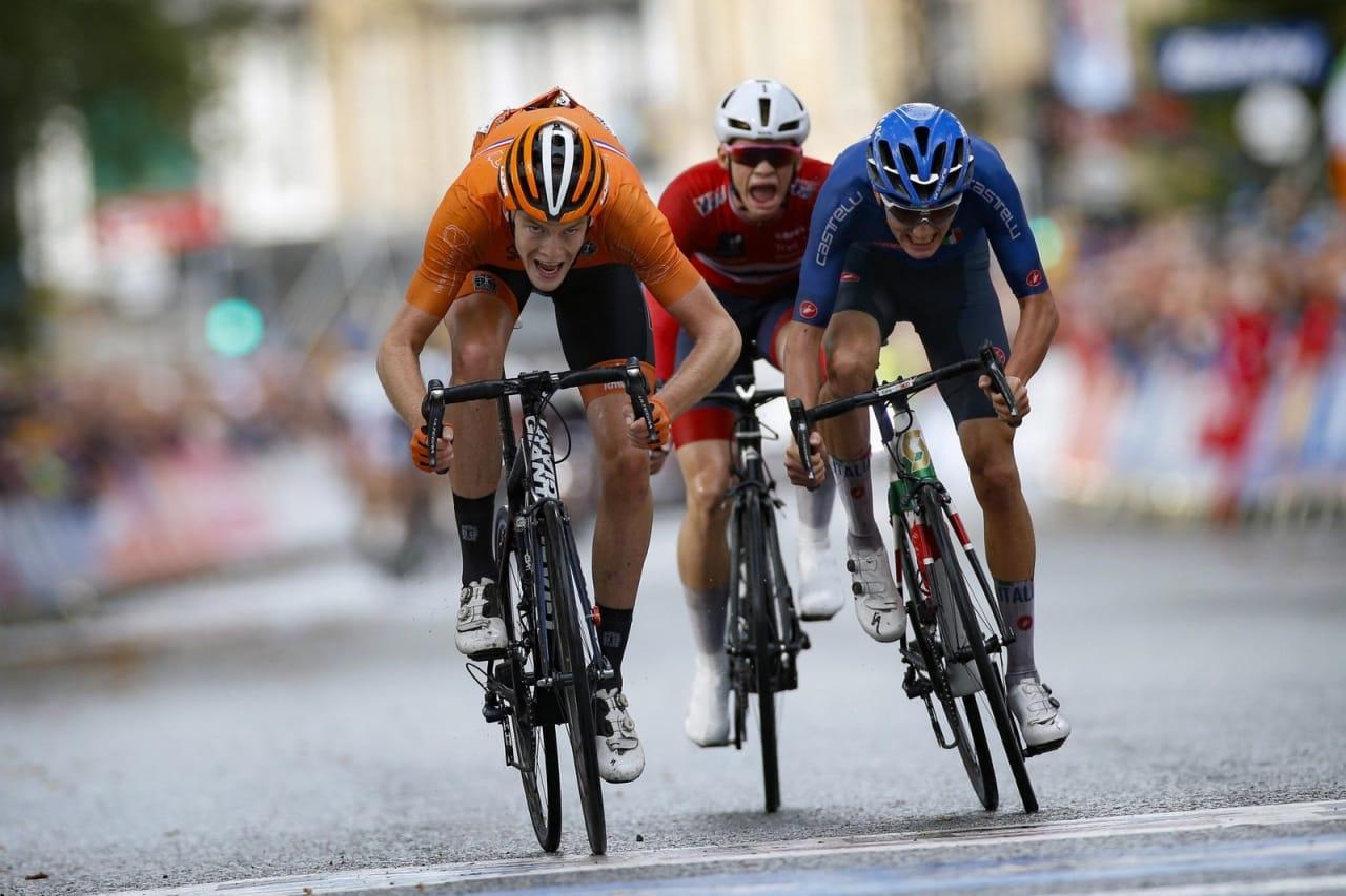 SJETTEPLASS: Her sykler Vegard Stokke (midten) inn til tidenes beste norske resultat i en VM-fellesstart for junior med sin sjetteplass i dagens ritt under VM i Yorkshire i England. Foto: Cor Vos