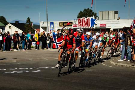 HØY FART: Mot slutten av rittet var det proffene som bestemte farten. Norske kontinentallag måtte pent vente lenger bak.