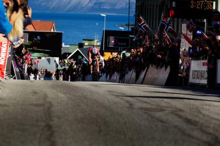 FØRSTEMANN: Thor Hushovd slår Paul Martens med en halv hjullengde i spurten.