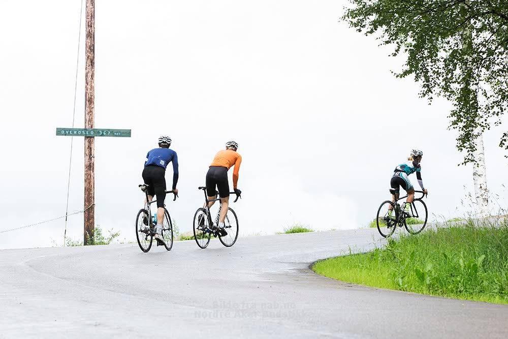 NESTEN OPPE: Henrik Alpers, Geir Stian Ulstein og Emilie Moberg har bare noen meter igjen av bakken til Grefsenkollen. Foto: Tor Simen Ulstein
