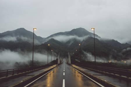 BROER: I gråslysingen krysser vi den første av mange broer som binder dalførene i Japan sammen.