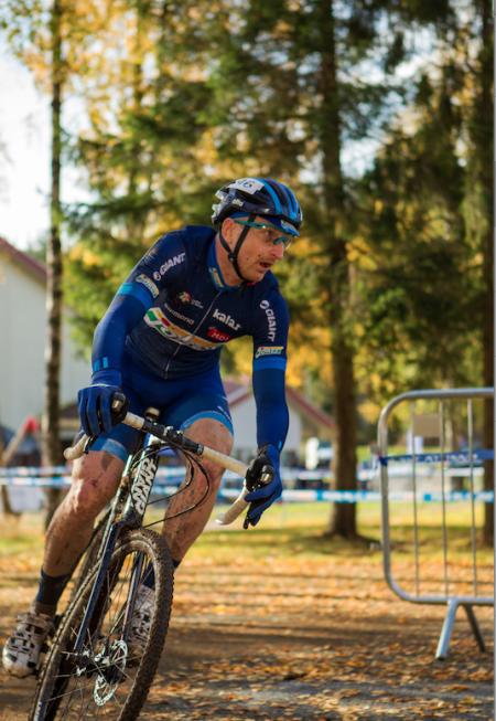 BORTEBANE: Norgesmester på tempo Reidar Borgersen hadde sitt fulle hyre med å holde seg på to hjul i Svelvik. Foto: Pål Westgaard.