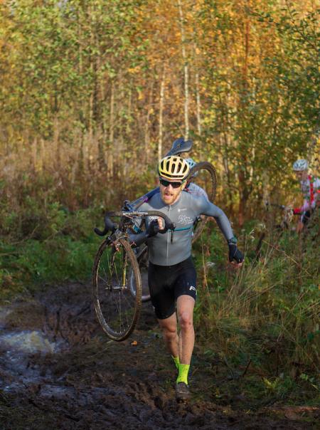 DARK HORSE: Thomas Larsen Røed fra hipsterklubben FTT leverte et greit løp i Svelvik. Foto: Pål Westgaard.