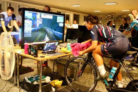 INTENST: Rytterne som deltok på 24-timersrittet Watt vs Cancer syklet en distanse lik Oslo-Alicante i løpet av konkurransen. Foto: Ladies Edition