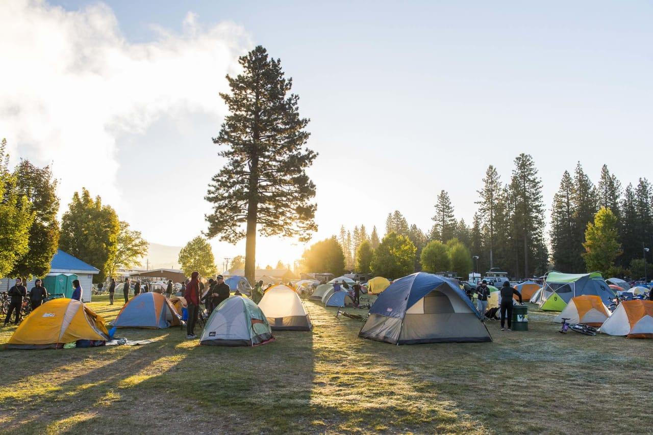 KLAPPET OG KLART! Når du ankommer Eventyret, står en fiks, ferdig teltleir fra North Face og venter på deg! Her fra Grinduro California. Foto: Coling Meagher.