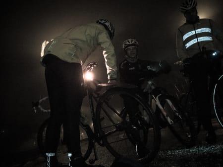 PUMPING: Det ble mye venting da Sykkelmagasinets utsendte Henrik Mühlbradt punkterte to ganger på kort tid.