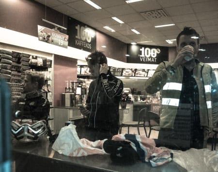 KAFFEKOS: Arbeiderne fra nattens skift koster seg med kaffe på Esso. Brynjulf, Fredrik og Lars, fra venstre.