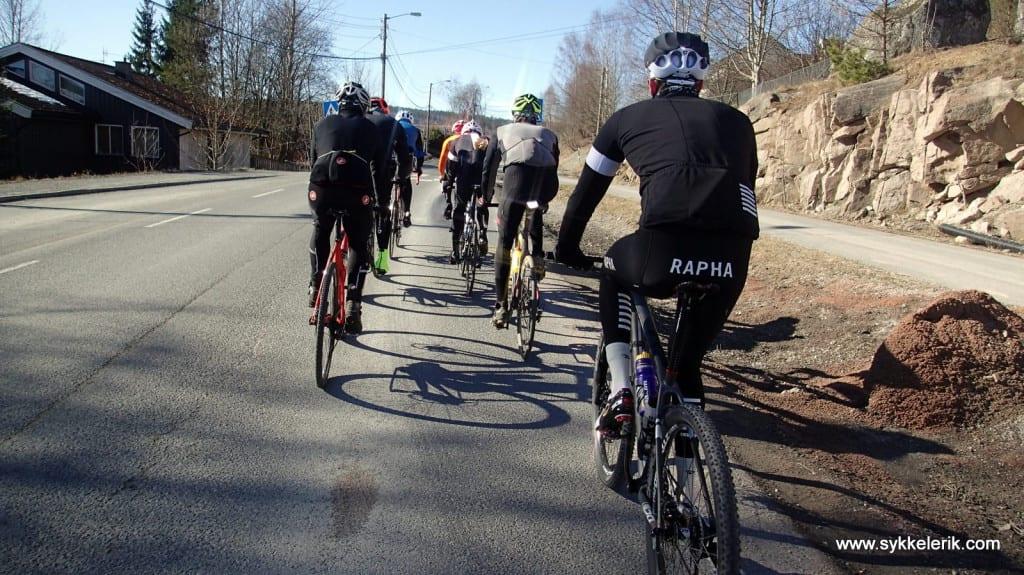 INGEN KRISE: Syklister på to rekker utgjør et marginalt tidstap. Les hvorfor her. Foto: Erik Nordlie.
